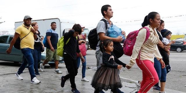 مهاجران طی یک بزرگراه به عنوان یک کاروان جدید از چند صد نفر در امید رفتن به ایالات متحده آمریکا در سانپدروس سولا، هندوراس، به زودی بعد از ظهر چهارشنبه 10 آوریل 2019 راه می روند. پدر و مادرهایی که در ایستگاه اتوبوس با هم جمع شدند کودکان برای پیوستن به کاروان می گویند نمی توانند از خانواده هایشان با آنچه که در هندوراس کسب می کنند حمایت کنند و به دنبال فرصت های بهتر هستند. (AP Photo / Delmer Martinez)