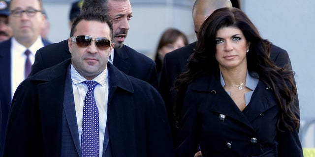 Giuseppe 'Joe' Giudice, 왼쪽, and his now-ex-wife, Teresa Giudice, of Montville Township, N.J., walk out of Martin Luther King Jr. Courthouse after a court appearance, in Newark, N.J. 목요일에, 4 월 18, 2019. (AP 사진 / Julio Cortez, 파일)