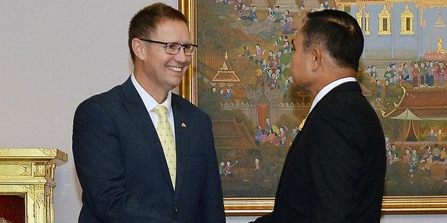 ریچارد هریس، یکی از اعضای استرالیایی تیم نجات غار تایلند، در این عکس که توسط دفتر سخنگوی دولت منتشر شده است، با دریافت نخست وزیر تایلند، Prayuth Chan-ocha پس از دریافت عضو اعظم جذاب از Direkgunabhorn در طول دکوراسیون سلطنتی مراسم در خانه سلطنتی تایلند در بانکوک، تایلند، جمعه، 19 آوریل 2019.