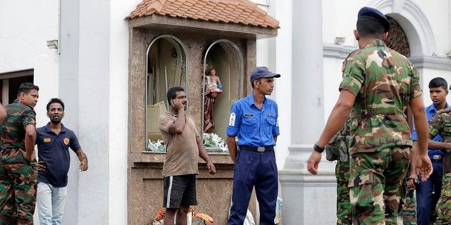 La gente se reúne afuera del Santuario de San Antonio donde ocurrió una explosión, en Colombo, Sri Lanka, el domingo 21 de abril de 2019. (Associated Press)