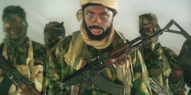 Abubakar Shekau از یک ویدیو تبلیغاتی در سال 2018؛ او معتقد است که کنترل یکی از دو جناح بوکوحرام که در سال 2016 تقسیم شده است.