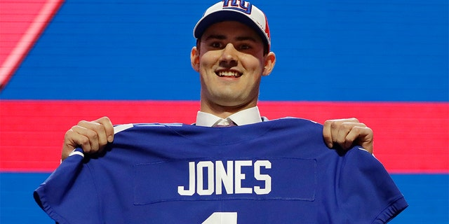 The Giants Duke quarterback Daniel Jones with the # 6 overall selection. (AP Photo / Mark Humphrey)
