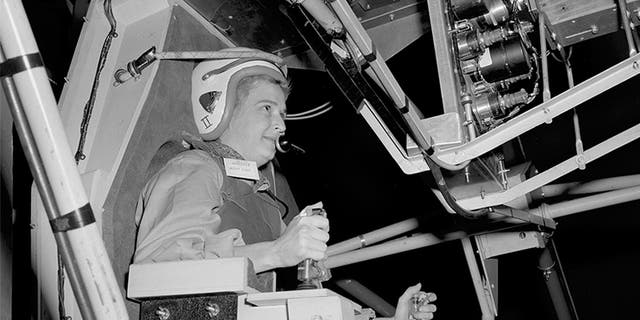 جری کوب در این عکس 1960 که توسط NASA در دسترس قرار دارد، آماده می شود تا تلسکوپ فضایی تست فضایی چند محوری (MASTIF) را در مرکز تحقیقات لوییس در اوهایو اداره کند. (NASA از طریق AP)
