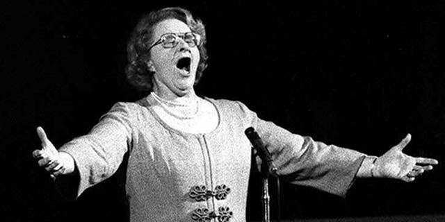 """Kate Smith sings """"God Bless America"""" prior to a Philadelphia Flyers Stanley Cup playoff game in May 1975. (AP Photo, File)"""