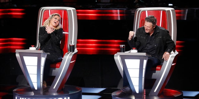 Kelly Clarkson threw shade at her fellow 'The Voice' coach Blake Shelton on Twitter.