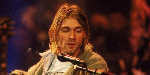 American singer and guitarist Kurt Cobain (1967 - 1994), performs with his group Nirvana at a taping of the television program 'MTV Unplugged,' New York, 纽约, Novemeber 18, 1993.