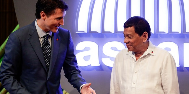 Canadian Prime Minister Justin Trudeau (L) talks to Philippine President Rodrigo Duterte (R) before the opening ceremony of the 31st Association of Southeast Asian Nations (ASEAN) Summit in Manila, Philippines,13 November 2017.