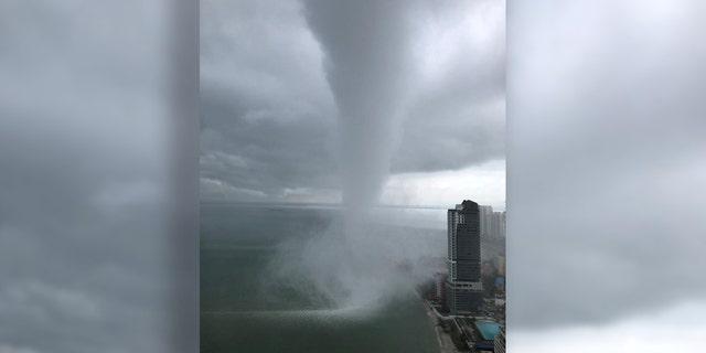حدود 5 دقیقه قبل از اینکه به طور خلاصه به زمین برسد، یک آبشار عظیم دیده می شد و در نزدیکی ساحل شهر مالزی، Tanjung Tokong، چرخید.