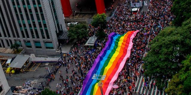 Milhares de foliões participam da 22ª Parada do Orgulho Gay, em São Paulo, Brasil, em 03 de junho de 2018.