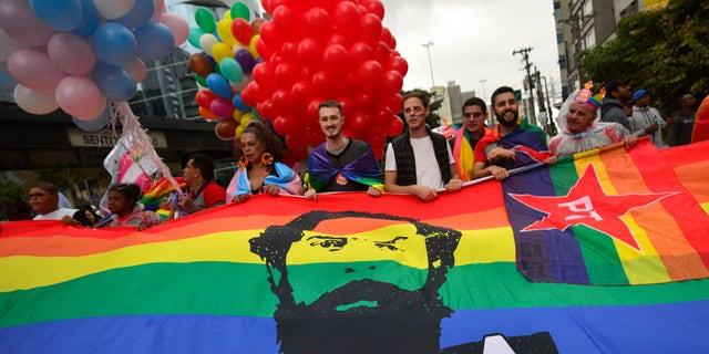 Milhares de foliões comemoram na Parada do Orgulho Gay na Avenida Paulista no domingo, junho.  3 de janeiro de 2018. (Getty Images)