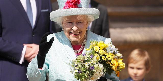 ملکه انگلیس الیزابت دوم پس از شرکت در مراسم عید پاک Mattins در کلیسای سنت جورج، در وینسور قلعه در انگلستان یکشنبه، آوریل 21، 2019 به عموم می رسد. (AP Photo / Kirsty Wigglesworth، استخر)