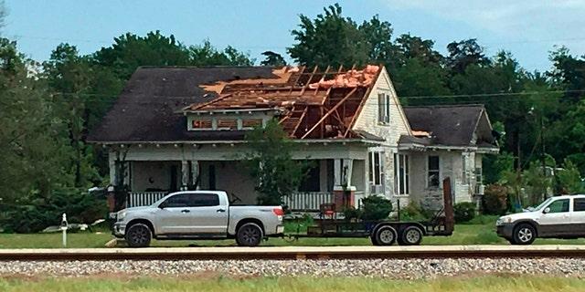 ફ્રેન્કલીન, ટેક્સાસમાં શનિવાર, 13 એપ્રિલ, 2019 ના શંકાસ્પદ ટોર્નેડો પછી ઘરની છત ફાટી નીકળે છે.