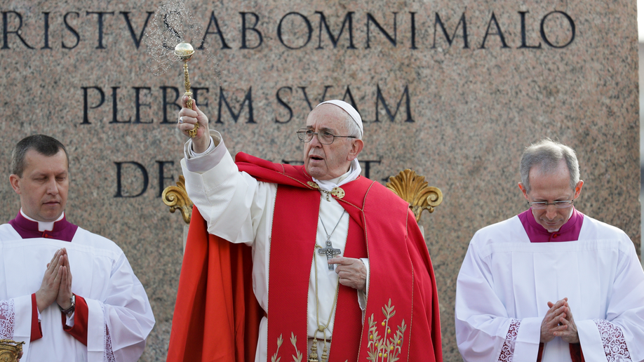 Crowds flock to hear Pope launch Holy Week