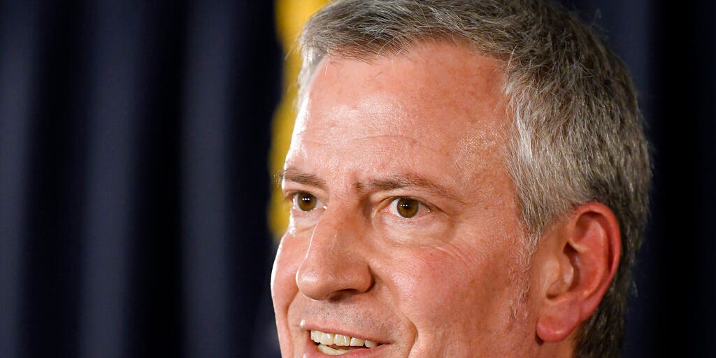 New Yorkers mock de Blasio in Iowa with fake dollars: 'In Bill we trusted'
