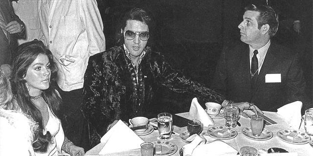 Priscilla Presley (left) and Elvis Presley (center) enjoying breakfast in January 1971. — Courtesy of Bill Morris