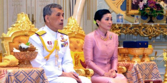 در این عکس که توسط اداره خانه سلطنتی منتشر شده است، پادشاه تایلند Maha Vajiralongkorn Bodindradebayavarangkun، سمت چپ، با Queen Suthida Vajiralongkorn Na Ayudhya در تارنمای Thorne Ampornsan در بانکوک، تایلند، در روز چهارشنبه، 1 مه 2019، نشسته است.