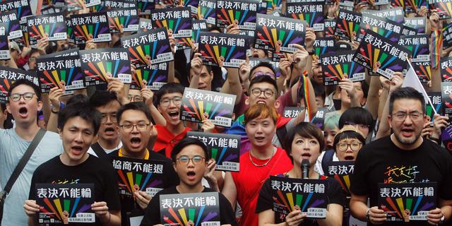 طرفداران ازدواج از همان جنس در روز جمعه خارج از قانونی یوان در تایپه، تایوان، جمع آوری می شوند. (اسوشیتد پرس)