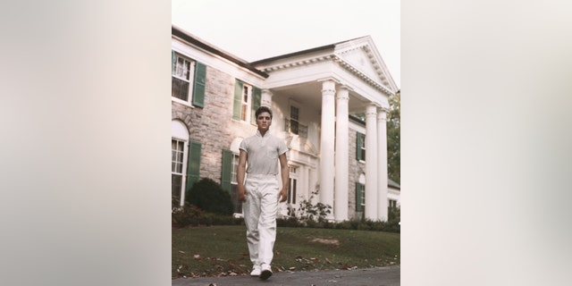 Rock and roll singer Elvis Presley strolls the grounds of his Graceland estate in circa 1957. (Photo by Michael Ochs Archives/Getty Images)