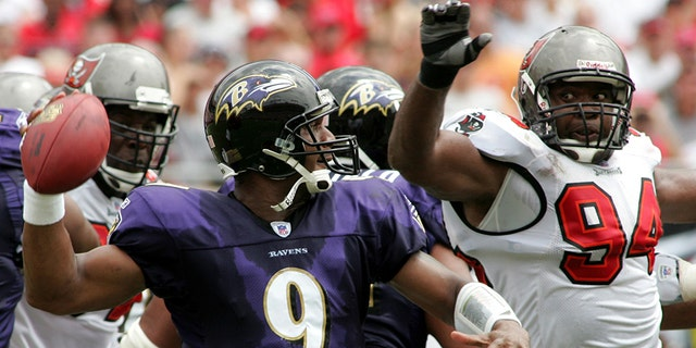 Baltimore Ravens quarterback Steve McNair (9) throws under pressure from Tampa Bay Buccaneers defender Greg Spires (94) during their NFL game in Tampa Bay, Florida, September 10, 2006. REUTERS/Rick Fowler