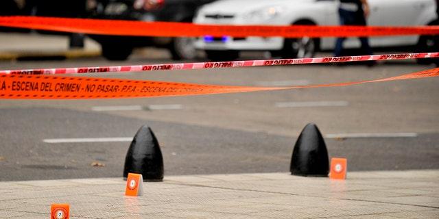 نشانگر چادر شواهد نشانگر صحنه جرم است که در آن قانونگذاران، هکتور اولیوارس، به شدت مجروح شدند و یک مرد دیگر پس از آن که از یک ماشین پارک در نزدیکی کنگره در بوینس آیرس، آرژانتین، پنجشنبه 9 مه 2019 کشته شد، کشته شد. (AP Photo / Natacha Pisarenko)