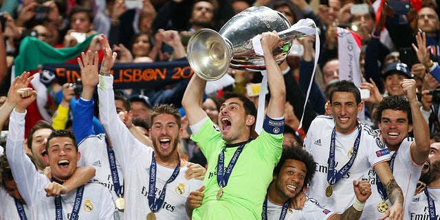Football - Atletico Madrid v Real Madrid - UEFA Champions League Final - Estadio da Luz, Lisbon, Portugal - 24/5/14 Real Madrid's Iker Casillas (C) celebrates with the trophy and team mates after winning the UEFA Champions League