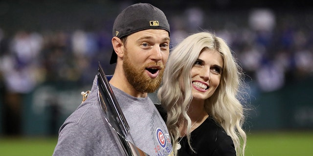 2016 World Series MVP Ben Zobrist # 18 of Chicago puppies celebrating with his wife Liana Zobrist after defeating the Cleveland Indians 8-7 in the seven game of the 2016 World Series field progressing on 2 November 2016 in Cleveland. (Photo: Ezra Shau / Getty Images)