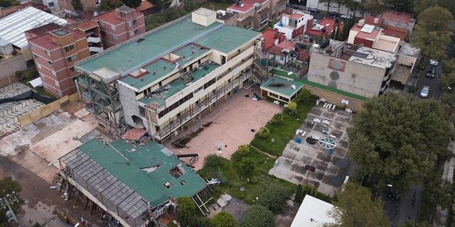 دید کلی از ساختمان های آسیب دیده در زمین لرزه در سپتامبر 2017 در مدرسه انریکه ربزن، که در آن 26 نفر در هنگام سقوط ساختمان در شهر مکزیکو سیتی کشته شدند.