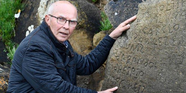 کتیبه های متشکل از کلمات غیر قابل تشخیص در یک سنگ در روستای برتانی Plougastel-Daoulas. این شهر یک تماس ملی را با پاداش 2000 یورو به هر کسی که توانسته است رمز و راز آن کتیبه هایی را که احتمالا در قرن 18 ساخته شده است، حل کند.