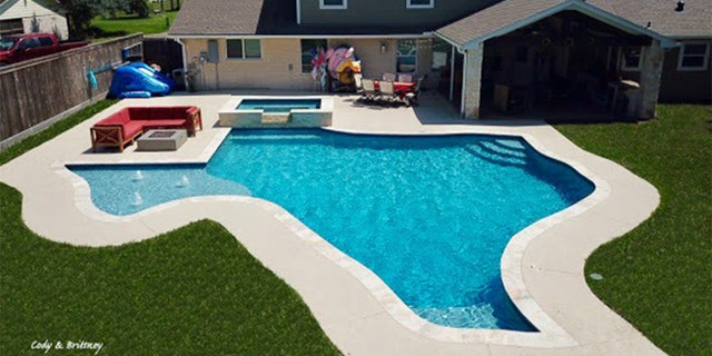 Texas couple install 28,000-gallon, Texas-shaped pool in ...