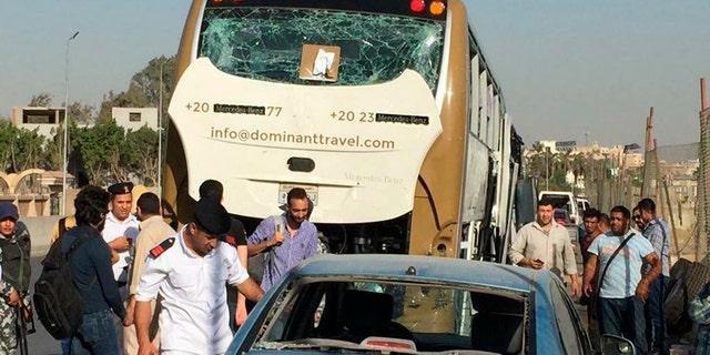پلیس یک ماشین و یک اتوبوس را که توسط یک بمب آسیب دیده است، در قاهره، مصر، یکشنبه 19 مارس 2019 بررسی می کند.