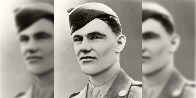 Robert Maxwell in his official Army photo.