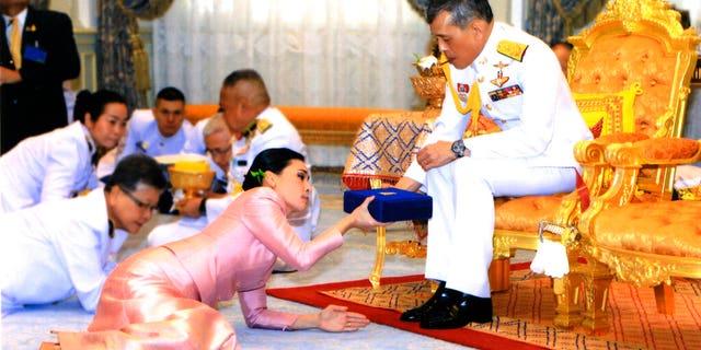 در این عکس که توسط اداره خانه سلطنتی منتشر شده است، پادشاه تایلند Maha Vajiralongkorn Bodindradebayavarangkun، درست است، هدیه ای به ملکه Suthida Vajiralongkorn Na Ayudhya در تارنمای Thorne Ampornsan در بانکوک، تایلند، چهارشنبه، مه 1، 2019 ارائه می دهد.