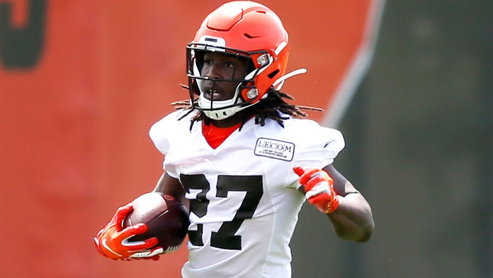 Browns running back Kareem Hunt baptized at Cleveland church