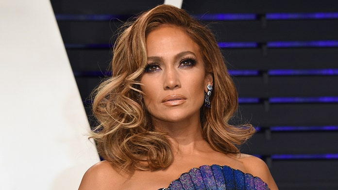 Jennifer Lopez shows off her abs in sporty workout attire