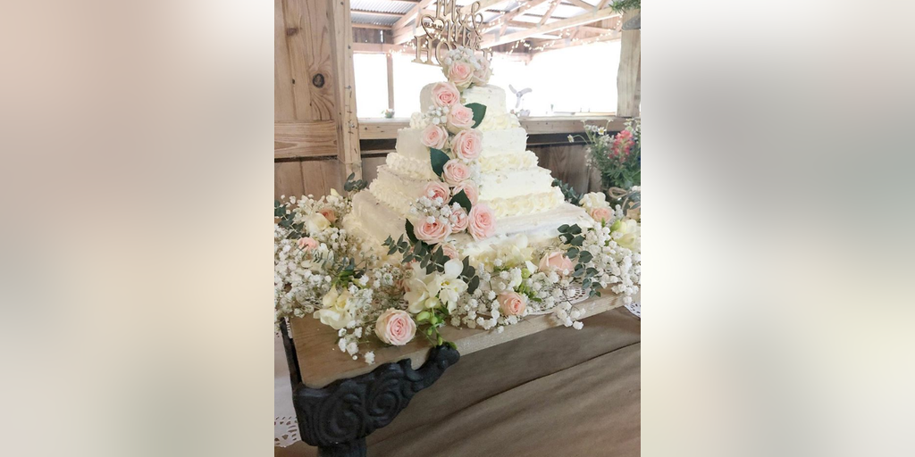 Costco Flowers Wedding.Couple Creates Diy Wedding Cake From Costco Sheet Cakes And Trader