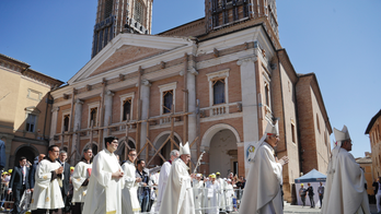Pope dons helmut to enter earthquake-hit cathedral in Italy