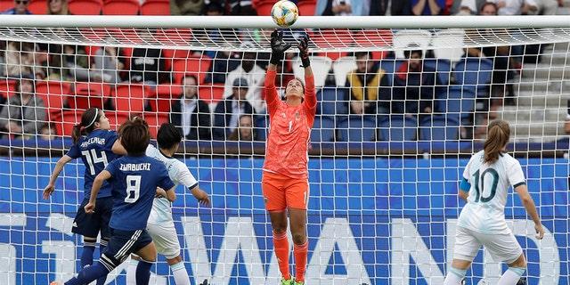 Argentina goalkeeper Vanina Correa, center, throwing a ball. (AP Photo/Alessandra Tarantino)