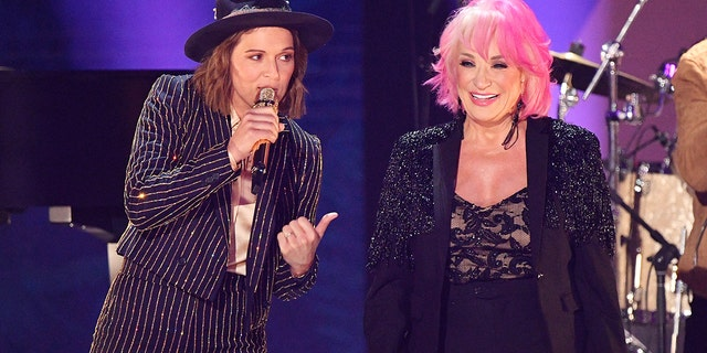 Brandi Carlile and Tanya Tucker perform the 2019 CMT Music Awards - Backstage & Audience at Bridgestone Arena on June 05, 2019 in Nashville, Tenn. (Photo by Mike Coppola/Getty Images for CMT)