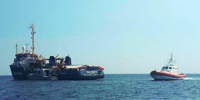 یک قایق ساحلی ایتالیایی، در کنار دریای ساعت 3 کشتی، در دریای مدیترانه فقط در کنار جزایر جزیره جنوبی ایتالیا از Lampedusa در روز پنج شنبه گشت.