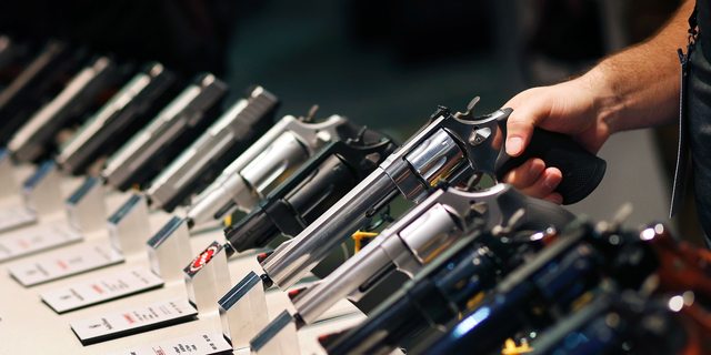 In questo Jan. 19, 2016 file di foto, handguns are displayed at the Smith & Wesson booth at the Shooting, Hunting and Outdoor Trade Show in Las Vegas. (AP Photo / John Locher, File)