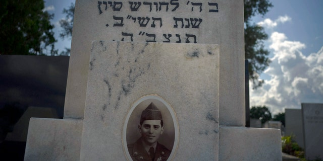 RECOMMEND THE NAME OF THE CORE - The portrait of a young Cuban soldier who died fought in the Korean War decorates his grave at a Jewish cemetery in Guanabacoa, eastern Havana, Cuba on June 7, 2019. Many Jewish families left the country after the 1959 revolution and left their kill in accordance with Jewish customs that prohibit bodies from being excited if they are not taken to Israel. (AP Photo / Ramon Espinosa)