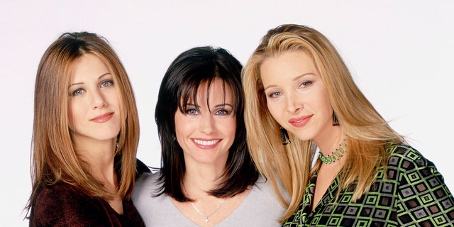 "From left to right: Jennifer Aniston, Courteney Cox and Lisa Kudrow in a press photo for ""Vriende."""