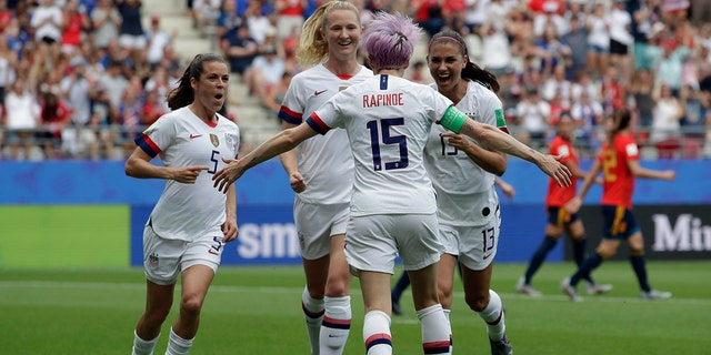 Megan Rapinoe scores to give U.S. 1-0 lead over France