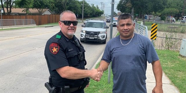 Westlake Legal Group Texas1 Good Samaritans, ex-rugby player praised for helping Texas police officer take down suspect Travis Fedschun fox-news/us/us-regions/southwest/texas fox-news/us/personal-freedoms/proud-american fox-news/us/crime/police-and-law-enforcement fox-news/us/crime fox-news/good-news fox news fnc/us fnc article 0b5cbb45-f57c-5e50-bfe5-ed1464b543e9