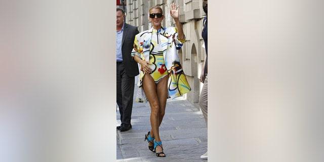 Celine Dion se puso en París con un traje de diseñador blanco roto.