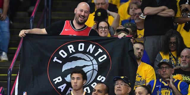 Westlake Legal Group toronto-raptors-fan-1-1 Kawhi Leonard, Raptors beat Warriors, now 1 win away from NBA crown Janie McCauley fox-news/sports/nba/toronto-raptors fox-news/sports/nba/golden-state-warriors fox-news/sports/nba-playoffs fox-news/sports/nba fnc/sports fnc Associated Press article 1e0cfabc-6bb6-52ab-806c-d10114350f0e