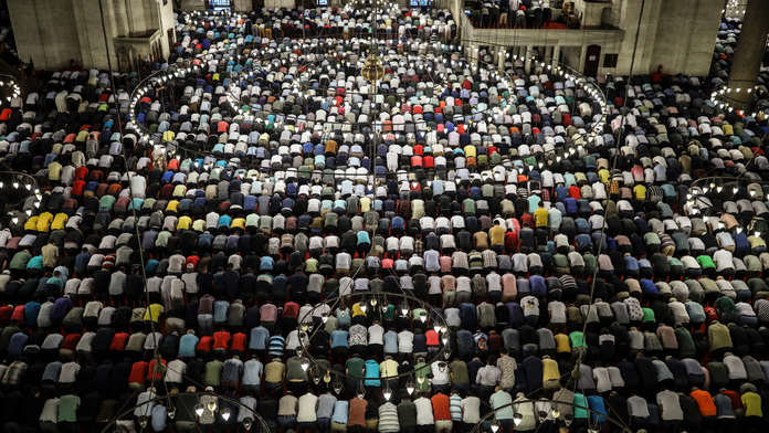 Faithful Muslims around the world begin celebrating Eid