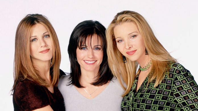 'Friends' stars Jennifer Aniston, Courteney Cox and Lisa Kudrow share epic 'girls night' selfies