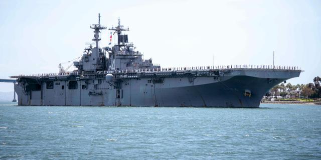 """عکس پرونده - در تاریخ 1 مه 2019 ، عکس ارائه شده توسط نیروی دریایی ایالات متحده ، کشتی حمله کننده USS Boxer (LHD 4) از خلیج سن دیگو در سن دیگو ، کالیفرنیا عبور می کند.  رئیس جمهور دونالد ترامپ گفت: ناو آمریکایی یو اس اس باکسر در میان تنش های شدید بین دو کشور یک هواپیمای بدون سرنشین ایرانی را در تنگه هرمز منهدم کرد.  ترامپ می گوید او جدیدترین است """"خصومت آمیز"""" اقدام ایران."""