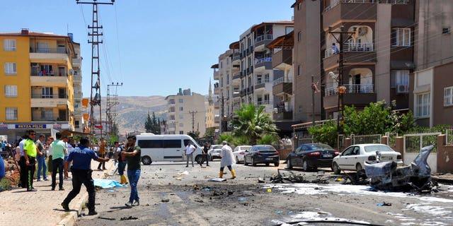 مقامات امنیتی و قانونی پس از انفجار در یک خودرو در رحمانی، ترکیه، جمعه، 5 ژوئیه 2019 در محل کار می کنند.